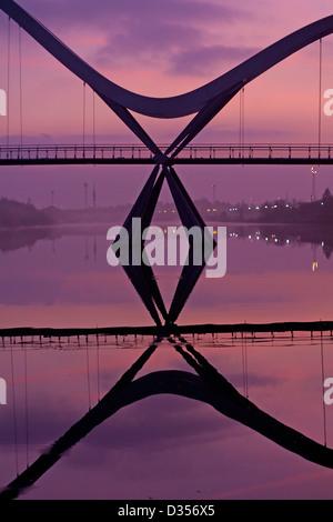 Die Infinity-Brücke über den Fluss Tees bei Tagesanbruch - Stockfoto