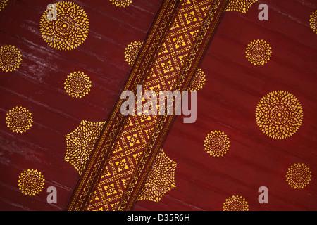 Thailand Tempel, Bangkok Kultur mit Gußeisens Details in Gold und rot im Wat Po in Bangkok - Stockfoto