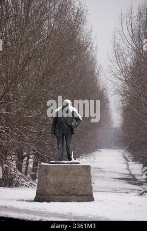 Über Nacht Schnee bedeckt die 1959-Statue von David McFall RA (1911-1988) von Sir Winston Churchill (1874-1965), - Stockfoto
