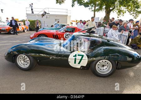 1963-Lister-Jaguar-Coupé im Betrieb Fahrerlager RAC TT Feier ein Rennen auf der 2012 Goodwood Revival, Sussex, UK. - Stockfoto