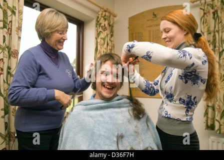Der 26 Jahre alte Mann in Prozess der in alle seine Haare für Krebs Liebe rasiert, Bordon, Hampshire, UK. - Stockfoto