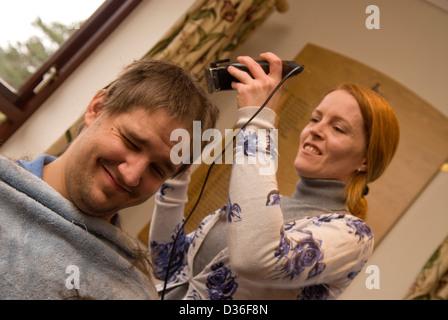Der 26 Jahre alte Mann in Prozess der in alle seine Haare für einen Krebs Liebe, Bordon, Hampshire, uk rasiert. - Stockfoto