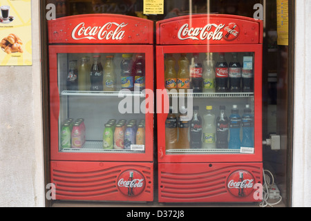 Retro Kühlschrank Coca Cola : Stapel von coca cola limonade pappbecher stockfoto bild: 75688215