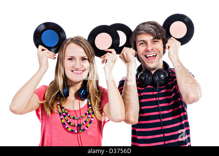 Glückliches junges Paar Herumspielen mit Vinyl-Platten isoliert auf weißem Hintergrund - Stockfoto