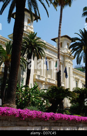 San Remo Casino weiße Fassade mit Palmen und Blumen, Ligurien ...