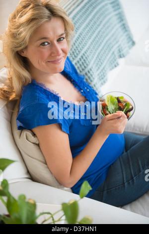 Porträt von Schwangeren mit Salat - Stockfoto