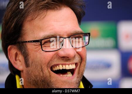Dortmunds Trainer Juergen Klopp lächelt während einer Pressekonferenz im Donbass Arena in Donezk, Ukraine, 12. Februar - Stockfoto