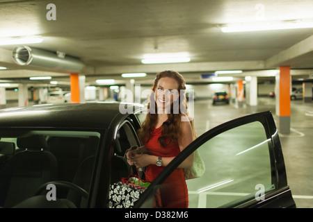 Holland, Goirle, junge Frau stand neben offenen Autotür - Stockfoto