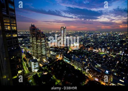 Luftaufnahme des Stadtbildes, die nachts beleuchtet - Stockfoto