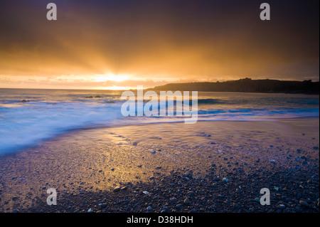Wellen am felsigen Strand abwaschen - Stockfoto