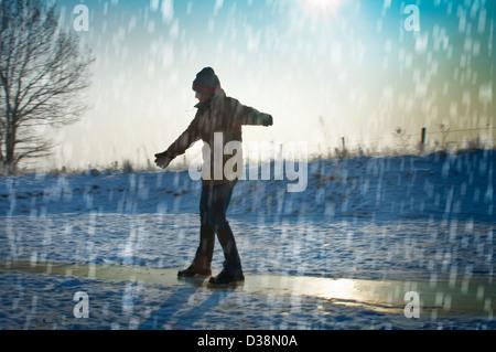 Mann im Schnee spielen - Stockfoto