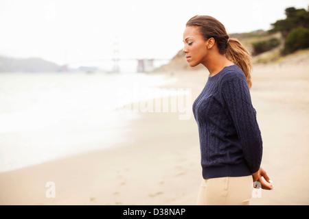 Frau zu Fuß am Strand - Stockfoto