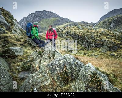 Paar in felsigen Landschaft wandern - Stockfoto