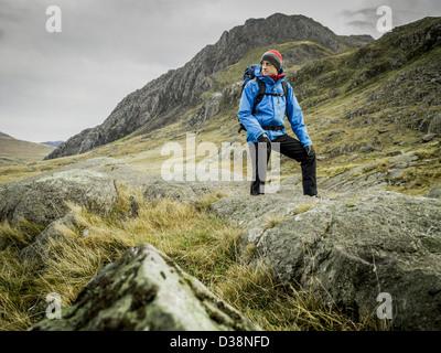 Mann in felsigen Landschaft wandern - Stockfoto