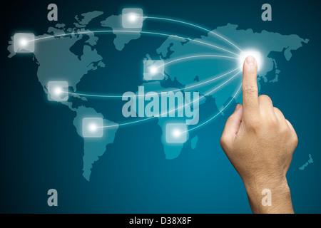Hand drücken auf eine Touchscreen-Oberfläche. - Stockfoto