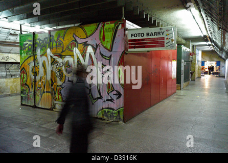 Katowice, Polen, Closed Shops in Unterführung - Stockfoto