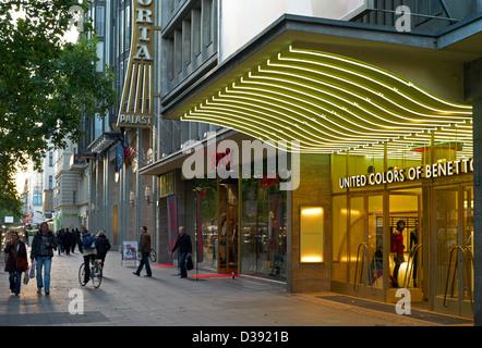 Berlin, Deutschland, Fußgänger und Geschäfte auf dem Kurfürstendamm - Stockfoto