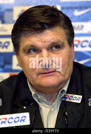 (Dpa) - der neue Trainer der deutschen Fußball-Club, Hans Meyer, nimmt an einer Pressekonferenz in Berlin, 22. Dezember - Stockfoto