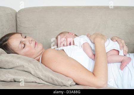 Mutter Schläft Mit Sohn Auf Sofa Stockfoto Bild 283185418 Alamy