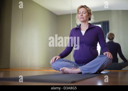Schwangere Frau praktizieren Yoga Studio - Stockfoto