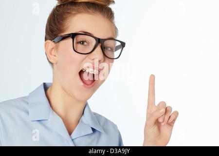 Nahaufnahme eines lächelnden Mädchens in geschweiften Klammern - Stockfoto