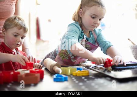 Kinder spielen mit Formen auf Tisch - Stockfoto