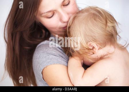 Nahaufnahme von Mutter Tochter hielt - Stockfoto