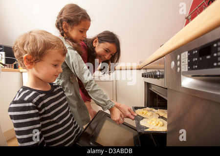 Mutter und Kinder gemeinsam Backen - Stockfoto