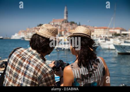 Paar betrachten von digitalen Fotos - Stockfoto