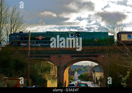Reigate, Surrey. 14. Februar 2013. Der Valentinstag Tag spezielle goldenen Pfeil VS Orient Express Dampflok SR Handelsmarine - Stockfoto