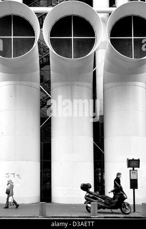 Straßenszene hinter dem Centre Pompidou in Paris, Frankreich. - Stockfoto