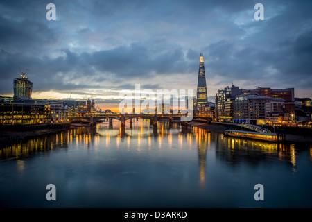 Die Skyline von London in der Morgendämmerung