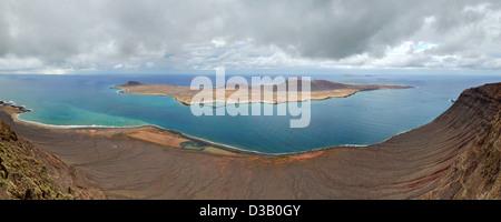 Panorama der Insel La Graciosa. Blick vom Mirador Del Rio. Lanzarote, Kanarische Inseln, Spanien. - Stockfoto