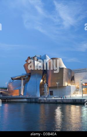 Das Guggenheim-Museum in der Abenddämmerung, Bilbao, Vizcaya, Spanien, Baskenland. - Stockfoto