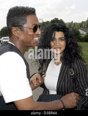 """(Dpa) - Witze Jermaine Jackson mit seiner Freundin Halima bei ihrem Besuch in das Dorf des deutschen """"Big Brother"""" - Stockfoto"""