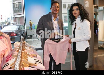 Jermaine Jackson und seiner Freundin im Adidas Store in Berlin, Donnerstag, 21. Juli 2005 Halima einkaufen. Der - Stockfoto