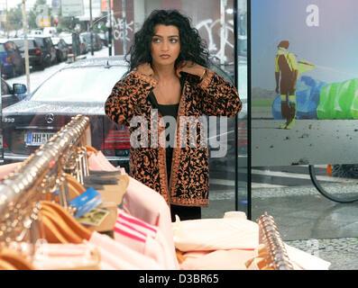 Jermaine Jackson Freundin Halima Geschäfte im Adidas Store in Berlin, Donnerstag, 21. Juli 2005. Der Bruder von - Stockfoto