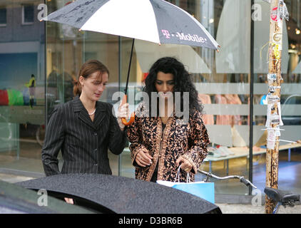 Jermaine Jackson Freundin Halima ist zum Auto von einem Mitarbeiter begleitet werden, nach dem Einkauf im Adidas - Stockfoto