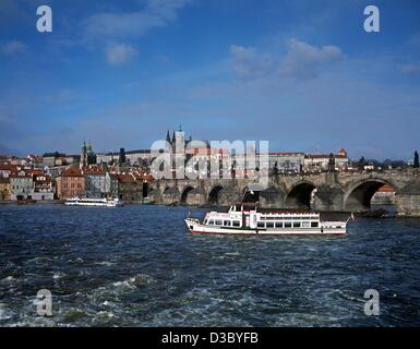 (Dpa-Dateien) - ein Blick über die Moldau an der Karlsbrücke und der Burgkomplex Hradschin in Prag, Tschechien, März 2002. Erbaut im 9. Jahrhundert von Prinz Booivoj, verwandelt die Burg sich von einer hölzernen Festung umgeben von irdenen Bollwerke, die imposante Form, die es heute hat.