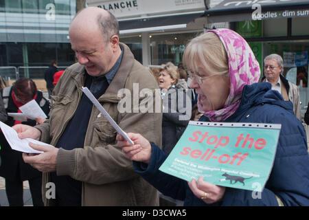Hammersmith, London, UK. 16. Februar 2013. Paar mitmachen Gesang an NHS kündigen Schließung des A&E & akute Dienstleistungen - Stockfoto