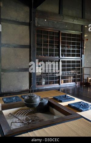 Traditionelle Irori Versunkenen Kamin Feuerstelle Mit Kessel In  Historischen Bukeyashiki Kyu Uchiyamake Samurai   Stockfoto