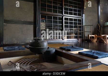traditionelle irori versunkenen kamin feuerstelle mit kessel in historischen bukeyashiki kyu uchiyamake samurai stockfoto - Versunkene Feuerstelle