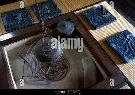 Entzuckend ... Traditionelle Irori Versunkenen Kamin Feuerstelle Mit Kessel In  Historischen Bukeyashiki Kyu Uchiyamake Samurai   Stockfoto