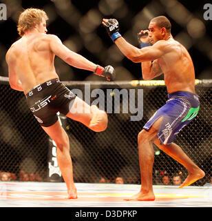 London, UK, 16. Februar 2013.  Gunnar Nelson (schwarze Hose) Verse Jorge Santiago im Weltergewicht Ultimate Fighting - Stockfoto