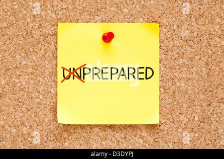 Drehen das Wort unvorbereitet in vorbereitet, mit roten Marker auf gelben Zettel mit roten Stecknadel festgesteckt. - Stockfoto