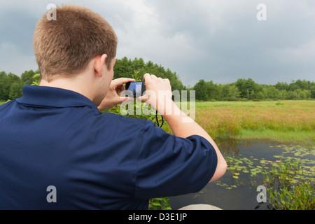 Tiefbau-Ingenieur fotografieren Sumpf in der Nähe von Reservoir, Portland, Maine, USA - Stockfoto