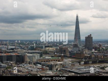 Vier Polizei-Hubschrauber fliegen zwischen Tower Bridge und The Shard während der London Olympics 2012 - Stockfoto