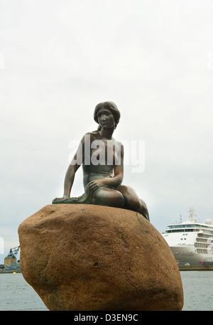 Eine schöne Meerjungfrau Statue Symbol von Kopenhagen - Stockfoto
