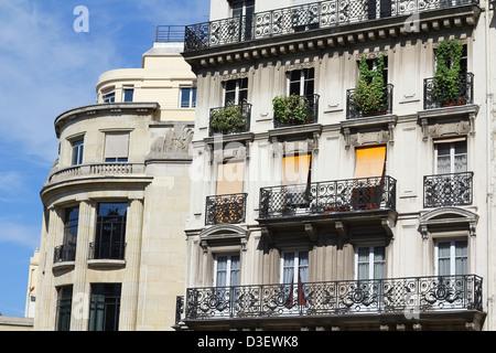 Typische Pariserin Gebäude im zentralen Bezirk, Balkone und Fenster mit der Fälschung funktioniert - Stockfoto