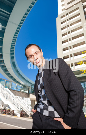 Stilvollen Mann Porträt in Großstadt - Stockfoto